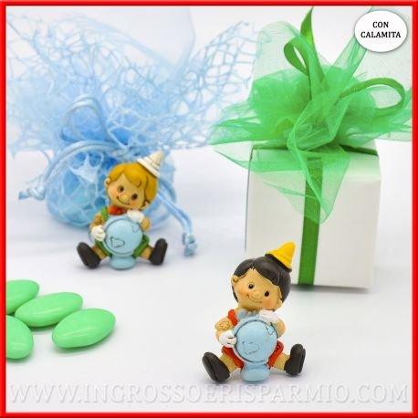 Magnete/calamita in resina colorata a forma di pinocchio personaggio disney che regge un mappamondo in due varianti di colore assortite - bomboniere battesimo,nascita,comunione, primo compleanno (kit 12 pz)