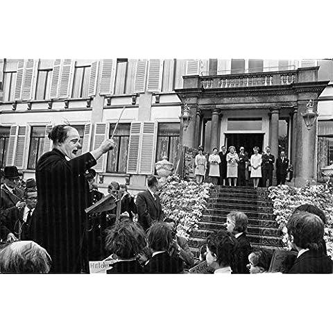Vintage Foto de Juliana, reina de el Reino de los Países Bajos y su familia real escucha a una orquesta con máscaras de payaso en sus