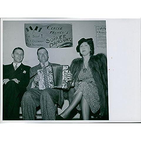 Vintage foto de hombre tocando acordeón y Entertaining personas.