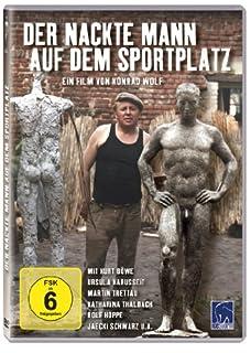 Der nackte Mann auf dem Sportplatz
