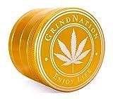 GRINDNATION Grinder Crusher Premium Aluminium für Tabak und Kräuter, 4-teilig, Ø 63mm groß XL, mit Pollensieb, starker Magnet, scharfes Mahlwerk, Set inkl. Schaber (Gold)
