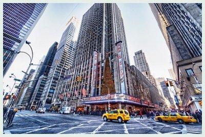 Bild mit Rahmen Dr. Michael Feldmann - Radio City Music Hall - Digitaldruck - Alimunium silber matt, 45 x 30cm - Premiumqualität - USA, Amerika, New York, Metropole, Städte, Gebäude / Manhattan, Rockefeller Center, Architektur - MADE IN GERMANY - ART-GALERIE-SHOPde - Radio City Music Hall Manhattan