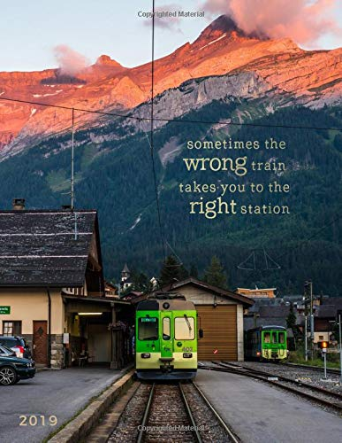 Sometimes the Wrong Train Takes You to the Right Station 2019: Weekly Monthly Planner with Motivational Quotes + Goal Trackers | Sunset Mountains, Switzerland por Travelopi Books