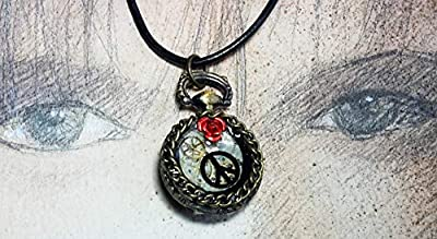 Pendentif steampunk romantique, petit boitier, cadran et rouages de montre gousset, fleur métallique rouge, symbole paix et amour, résine, diamètre 28mm, sur lacet de cuir noir
