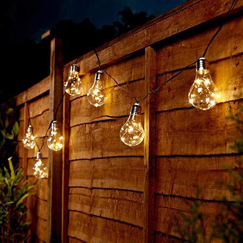 Haz que tu jardín destaque entre el resto y mantenlo a la moda con estas impresionantes tiras de luces solares de estilo vintage.Las 50 LEDs de color blanco cálido (5 por bombilla) corren a lo largo de un discreto cable plateado, alojados en los casq...