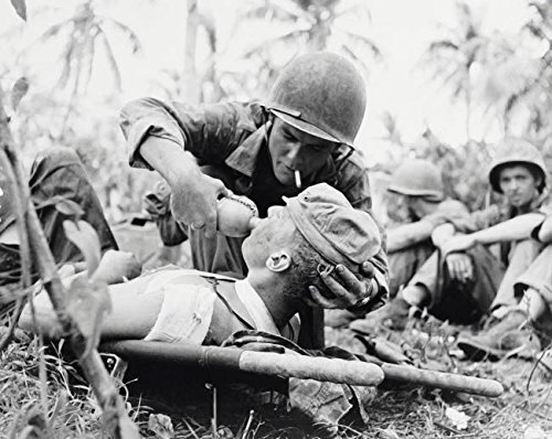 The Poster Corp Stocktrek Images - Navy Corpsman Gives Drink to a Wounded Marine in Guam 1944 Kunstdruck (86,36 x 55,88 cm) (Marine Corpsman)