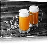 Due bicchieri di birra con luppolo Hefeweizen sul tavolo in legno nero / bianco Taglia: 120x80 su tela, enorme XXL Immagini completamente Pagina con la barella, stampe d'arte su murale con telaio, più economico di pittura o pittura ad olio, nessun manifesto o poster