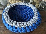 Cesta azul redonda de ganchillo hecha a mano