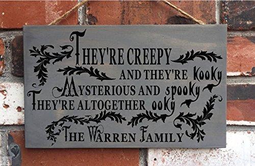 e, Schilder für Zuhause Halloween Dekoration für Halloween mit der Addams Adams Family Schild, Holz, lustig, 30x 18cm, mit Plakette ()