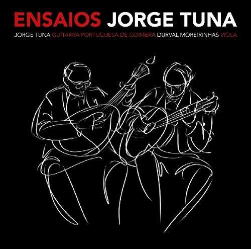 """Jorge Tuna ist wahrscheinlich einer der letzten großen Gitarristen aus Coimbra. Der Gitarrist und Komponist hat in über 5 Jahrzehnten über 60 Alben veröffentlicht, was ihm schließlich im Jahr 2006 den Amália Prize einbrachte. Das Album """"Ensaios"""" ist eine Sammlung von Sessions, die er zwischen 1989 und 2015 mit seinem langjährigen Gefährten Durval Moreirinhas in seinem Haus aufnahm. Dieser verstarb in 2017 und Jorge Tuna widmet ihm nun dieses Album. Zu hören sind 15 Original Kompositionen, die sicherlich auch nachfolgende Generationen inspirieren werden."""