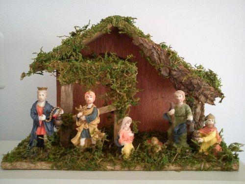 Capanna in legno presepe di natale con pastori e bambinello completa