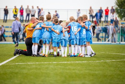 alu-dibond-bild-140-x-90-cm-football-match-for-children-shout-team-soccer-game-bild-auf-alu-dibond