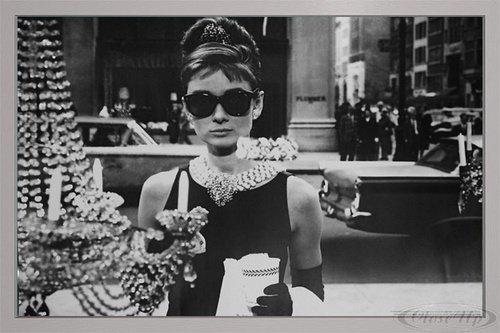 Close Up Audrey Hepburn Poster Shopping at Tiffany's (96,5x66 cm) gerahmt in: Rahmen Silber