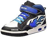 Sneakers bambino Geox GREGG con luci, colore nero con riporti bianchi e blu. Allacciatura con velcro. Fodera in tessuto e sottopiede in pelle. Soletta estraibile. Fondo in gomma.