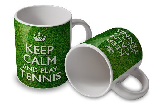 Keep Calm and Play Tennis-Tasse-grasbewachsenem Hintergrund