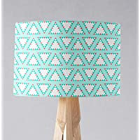 Pantalla de lámpara azul pálido con diseño geométrico triangular rosa y blanco, lámpara de sobremesa o plafón.