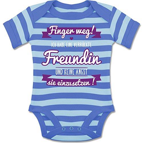 Shirtracer Sprüche Baby - Ich Habe eine Verrückte Freundin Lila - 1-3 Monate - Blau/Babyblau - BZ10S - Gestreifter Kurzarm Baby-Strampler/Body für Jungen und Mädchen
