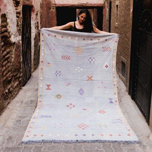 Preciosa alfombra muy suave tejida a mano en Marruecos a partir de seda de cactus. La seda de cactus también llamada seda vegetal es ideal para veganos ya que el tejido se extrae a partir solamente de Aloe Vera.
