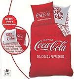 Copripiumino e 1federa Coca Cola. Colore: Rosso. Materiale: 100% Cotone. Dimensioni: letto singolo copripiumino 140x 200, 1Federa Dim elaborazione 63x 63cm (letto singolo): Federa per cuscino 45x 45, con cuciture in rilievo.