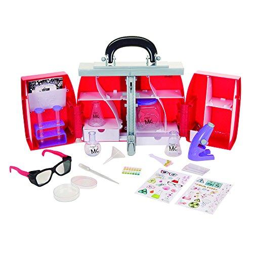 Transfórmate en una chica Mc2 y haz tus propios experimentos en casa, con este práctico laboratorio en forma de maletín. El kit incluye una gran variedad de accesorios entre los que encontrarás: tubos de ensayo, botellas, pipetas, gafas de seguridad,...