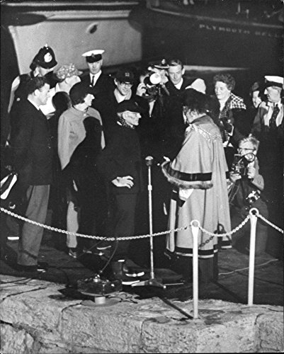 vintage-photo-of-francis-chichester-welcomed-on-his-return-to-plymouth-after-his-circumnavigation-of