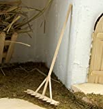 Miniatur Rechen aus Holz. 12 cm. Natur belassen. Für Krippe oder Puppenhaus.