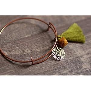 feiner kupfer Armreif mit Mandala Anhänger, senfgelber Perle und oliv grüner Quaste