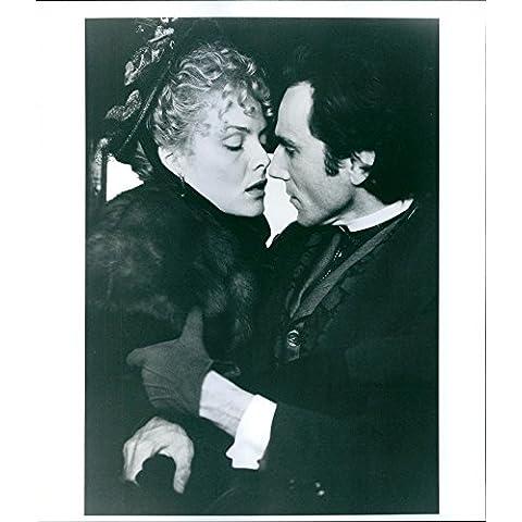 Vintage foto de Michelle Pfeiffer y Daniel Day-Lewis en una escena de un 1993americano película,