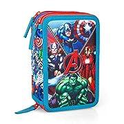 Grazioso Astuccio 3 Zip Portacolori che raffigura i personaggi di Thor, Capitan America, Iron Man e Hulk della serie di Avengers del mondo Marvel. Il borsello è composto da 3 scomparti ognuno di essi chiuso con un cerniera, nel primo troveret...