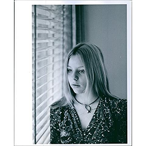 Vintage Foto Di Ritchie Diener girl-friend Sue Bernstein Looking Out una finestra. Foto Scattate 5, maggio 1972.