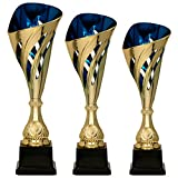 Tris di Coppe in ABS Dorato, con Decoro Traforato ed Interno Blu h 33,50 31,50 29,50 cm Premiazioni Sportive Targhetta Personalizzata Omaggio