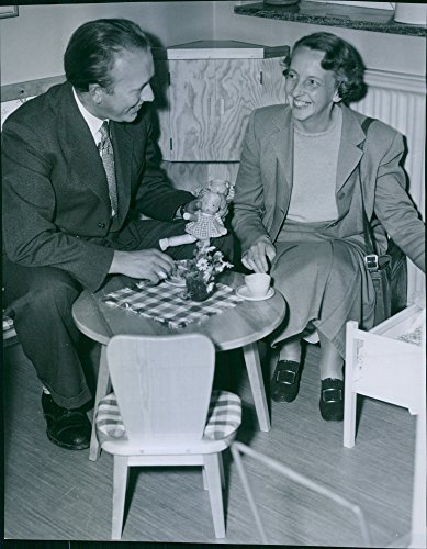 vintage-photo-of-youth-visited-by-assistant-bengt-lindforss-and-mrs-gun-hilton-brown
