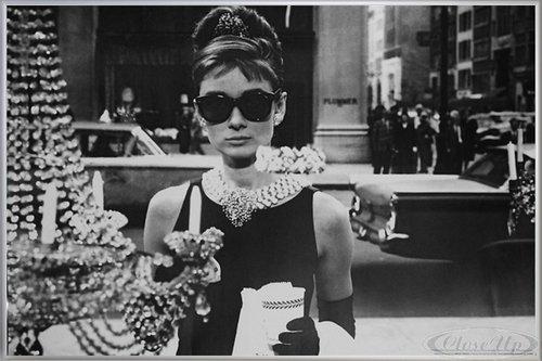 Close Up Audrey Hepburn Poster Shopping at Tiffany's (62x93 cm) gerahmt in: Rahmen Silber matt