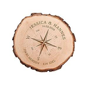 Casa Vivente Baumscheibe mit Gravur zur Hochzeit – Kompass Liebe – Personalisiert mit [Namen] und [Datum] – Türschild – Wanddeko – Geschenkidee für Verliebte zum Jahrestag – Hochzeitsgeschenke