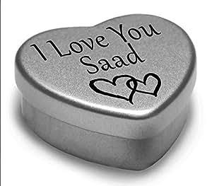 I Love You Saad Mini cadeau boîte métallique en forme de cœur pour I Heart Saad avec chocolats. Cœur Argenté/étain. Compatible avec Superbe dans la paume de votre main. Idéal comme un cadeau d'anniversaire ou tout simplement comme un cadeau spécial montrer à quelqu'un combien vous les Love.