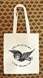 """Ce tote bag en coton bio est imprimé d'une illustration que m'inspire l'artiste mexicaine Frida Kahlo. J'ai moi-même dessinée une femme oiseau volant pour représenter une citation connue des notes Frida Kahlo en espagnol : """"Pies para qué os quiero si..."""
