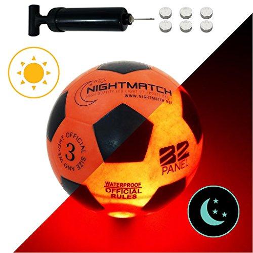 NIGHTMATCH LEUCHTFUSSBALL MIT BALLPUMPE UND ERSATZBATTERIEN - Junior Edition - toller Kinder-Fussball Ball - helle, Sensor-aktivierte LED-Beleuchtung - Größe 3 - Offizielle Größe & Gewicht -