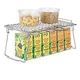 mDesign stapelbarer Regaleinsatz - faltbares Küchen Schrankregal mit ausklappbaren Beinen - moderner Schrankeinsatz für Geschirr, Konservendosen und Gewürze - silberfarben