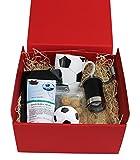 Fußball Kaffee Geschenkset mit Spitzenkaffee (Ganze Bohne, Roter Karton), Handkaffeemühle, Fußballtasse & Amarettini zum genießen in ansprechender Geschenkverpackung