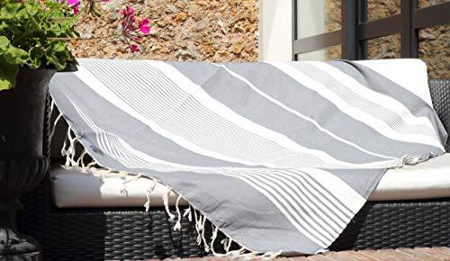 Les Demoiselles de Tunis Très Grand jeté de canapé pour Salon extérieur ou intérieur - Gris et Bandes Blanches - 150 x 250 cm Drap de Plage ou Pique-Nique - 100% Coton (Gris)