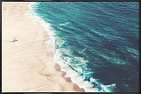 """JUNIQE® Bild mit Rahmen 20x30cm Strände - Design """"Nazare Beach"""" (Format: Quer) - Wandbilder, Gerahmte Bilder & Gerahmte Poster von jungen Künstlern - Strand-, Meer- und Urlaubs-Kunst - entworfen von Ingrid Beddoes"""