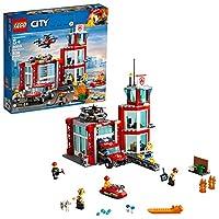 Proteggi i cittadini di LEGO City con il set Caserma dei Pompieri 60215, contenente una caserma dei vigili del fuoco a 3 livelli con ufficio, sala relax e torre di avvistamento, un piccolo molo e un garage separato con una grande porta d'ingresso e u...