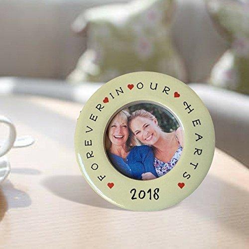 Banberry Designs Desktop Gedenk-Fotorahmen 2018-Forever in Our Hearts Rahmen oder Trauer Weihnachten Ornament-31/5,1cm Kreis Rahmen mit 5,1cm Foto Öffnung
