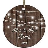 Designsify Mrs & Mrs Sims 2018–Ceramic Circle Ornament, Ornamento di Natale in Ceramica Decorazione D?Albero di Natale