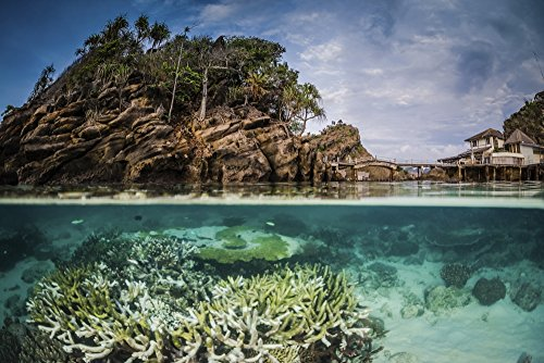 The Poster Corp Brook Peterson/Stocktrek Images - An Over Under Image of Misool Eco Resort and Its Surrounding Bay Indonesia Kunstdruck (86,36 x 55,88 cm)