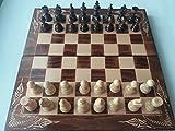 Vi presento un set di scacchi molto accessibile, nuovo e grande, completamente fatto a mano, handcarved, artigianale. Il prezzo comprende la scacchiera, e 32 pezzi, 30 pezzi backgammon, che si inseriscono nella scatola. Il pezzo di scacchi è di legno...
