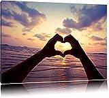 Mit Händen geformtes Herz am Meer Format: 120x80 auf Leinwand, XXL riesige Bilder fertig gerahmt mit Keilrahmen, Kunstdruck auf Wandbild mit Rahmen, günstiger als Gemälde oder Ölbild, kein Poster oder Plakat