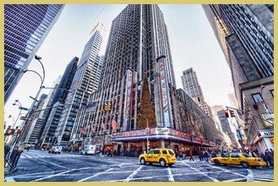 Bild mit Rahmen Dr. Michael Feldmann - Radio City Music Hall - Digitaldruck - Aluminium gold glänzend, 60 x 40cm - Premiumqualität - USA, Amerika, New York, Metropole, Städte, Gebäude / Manhattan, Rockefeller Center, Architektur - MADE IN GERMANY - ART-GALERIE-SHOPde - Radio City Music Hall Manhattan