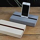 Tolle Tablett- oder Handy Halterung aus Beton/Sockel zum Aufstellen von Handy oder Tablett, schlicht, elegant, praktisch und alles gut aufgeräumt, auch zum Abspielen von Fotos oder Filmen