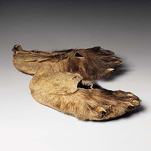 Paris - Musée du quai Branly - Mocassins en pieds d'ours - Carte postale 13,5 x 13,5 cm